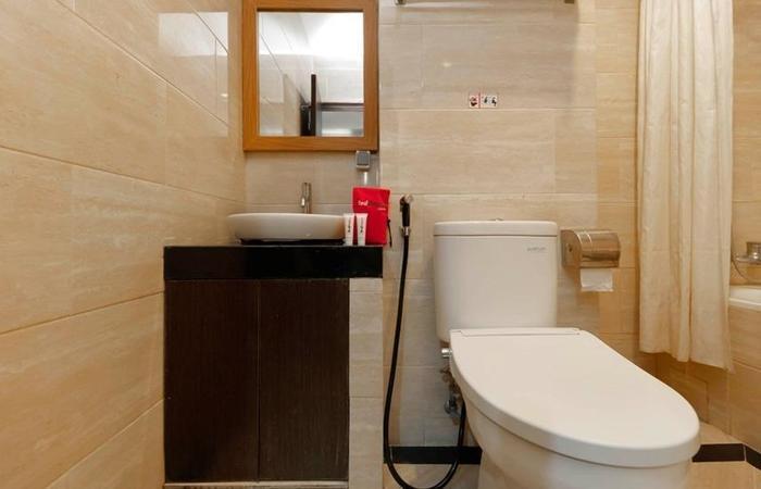 RedDoorz Plus near Pantai Losari Makassar - Bathroom