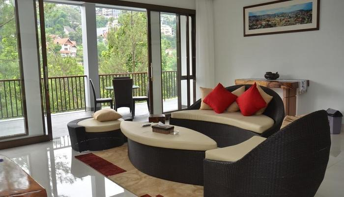 Cempaka 4 Villa Dago Private Pool Bandung - Living Room