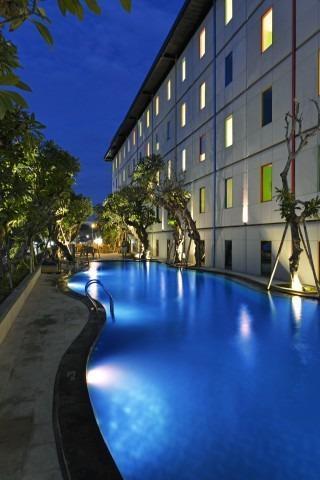 Pop Hotel Singaraja Bali - Kolam Renang POP! Hotel Hardys Singaraja Square