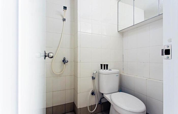 RedDoorz Apartment @Bassura Cipinang Jakarta - Kamar mandi