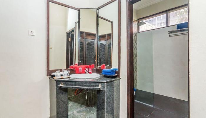 ZenRooms Seminyak Taman Petitenget Bali - Kamar mandi