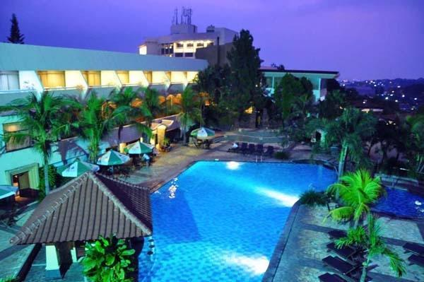 Patra Jasa Semarang Convention Hotel Semarang - Kolam renang tampak malam hari