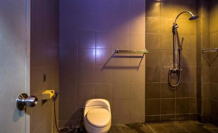 RedDoorz @ Legian Kuta Bali - Kamar mandi