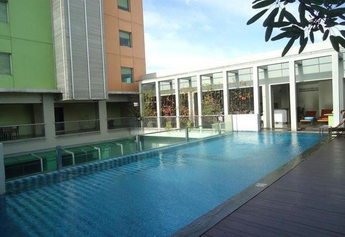 Sparks Hotel Mangga Besar Jakarta - Swimming Pool
