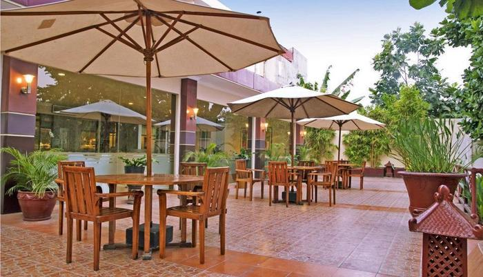 Hotel New Saphir Yogyakarta - Teras Kolam Renang