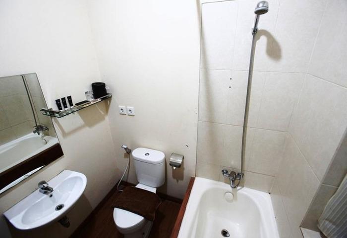 RedDoorz Menteng Jakarta - Kamar mandi