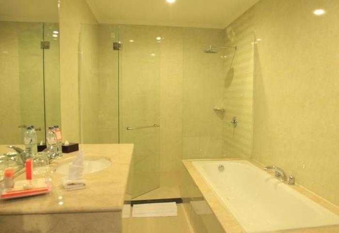 Aerotel Smile Makassar - Bathroom