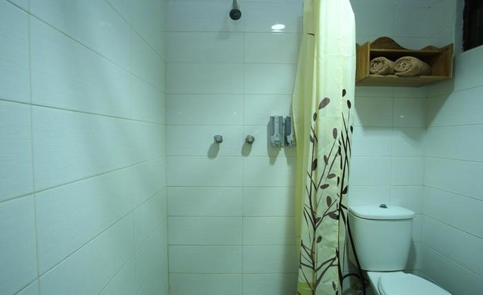 RedDoorz near Discovery Mall Kuta Bali - Bathroom