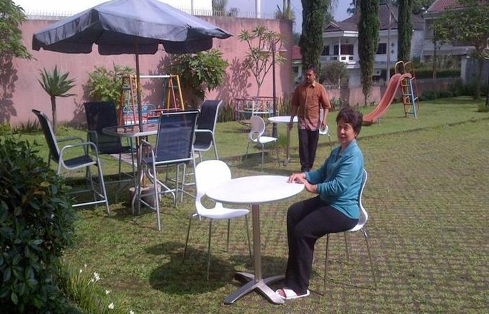 Puri Bernadi Guest House Bandung - Taman