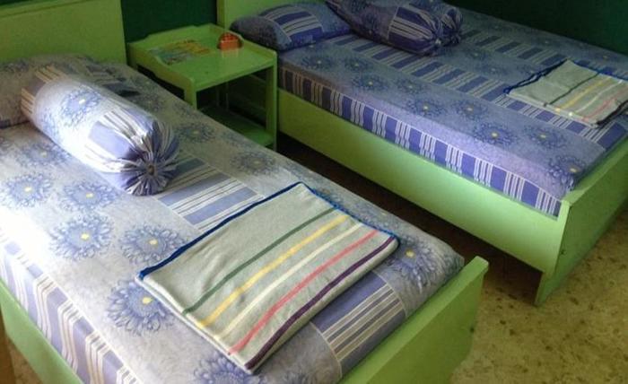 Hotel & Restaurant Anugerah Bondowoso - Kamar tidur di kamar dengan kipas angin