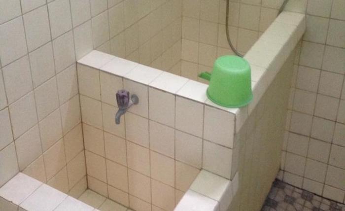 Hotel & Restaurant Anugerah Bondowoso - Kamar mandi di kamar dengan kipas angin
