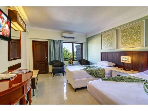 Maharani Beach Hotel Bali - Deluxe Pemandangan Kolam adalah facong kamar ke kolam renang utama kami dan bar