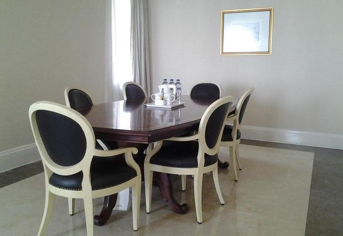 Batavia Apartment, Hotel & Serviced Residence Jakarta - Meja kursi