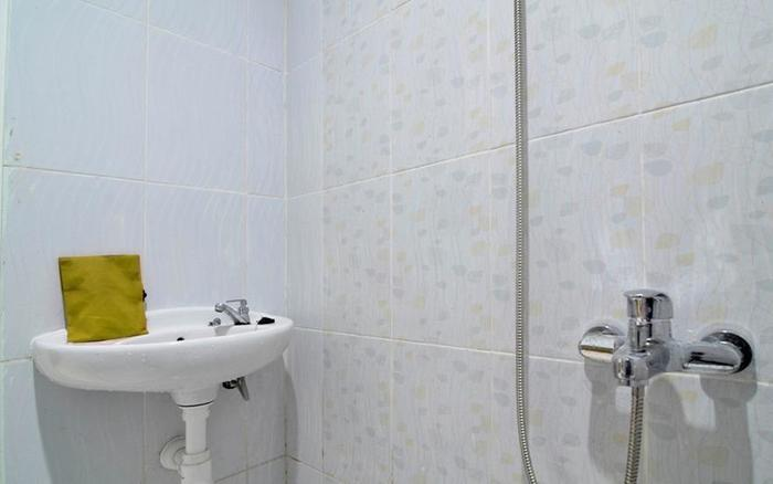 RedDoorz Plus near Museum Keraton Surakarta Solo - Bathroom
