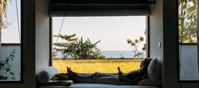 Ganesha Coral Reef Villas Bali - Bersantai di kamar yang menghadap kelaut
