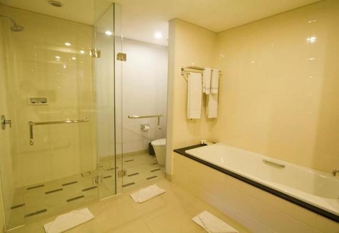 Laprima Hotel Flores - Bathtub