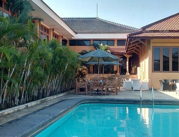 Mutiara Hotel Cilacap - Area kolam renang.