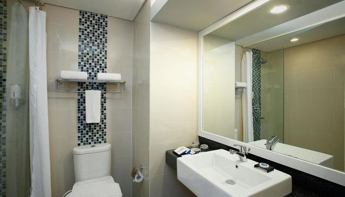 BATIQA Hotel and Apartments Karawang - Bathroom