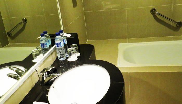 Aston Semarang - Kamar mandi Suite Junior