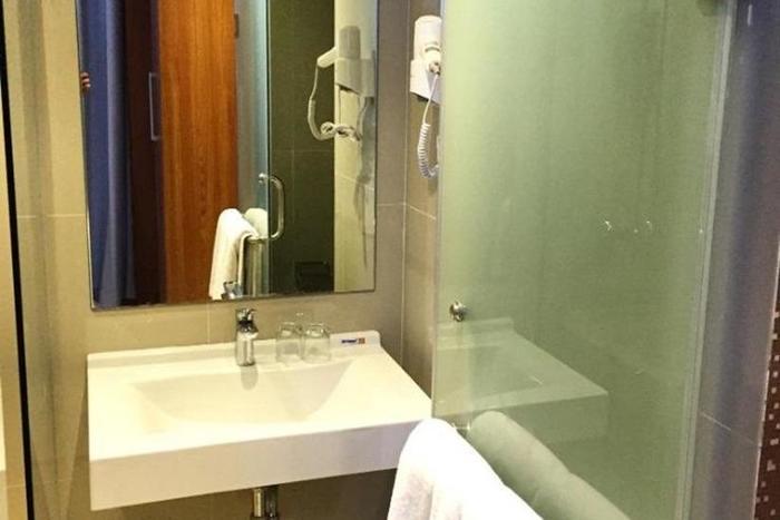 The Crew Hotel Kno Medan - Kamar mandi