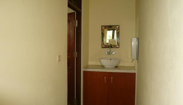 C'est Bon Homestay 2 Bali - Kamar Keluarga mandi