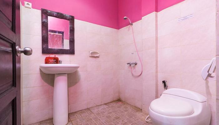 RedDoorz @Bakung Sari Kuta 2 Bali - Kamar mandi