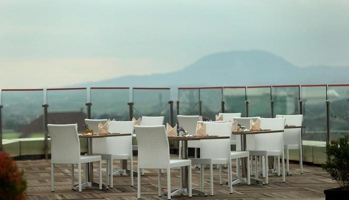 Best Western OJ Hotel Malang - Skyroom, kafe atap kami pada tingkat 12 dengan pemandangan di kota Malang