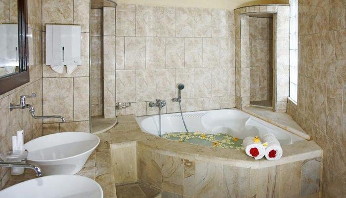 Melka Excelsior Hotel Bali - Suite Bathroom