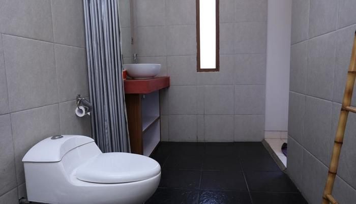 RedDoorz @ Raya Canggu Bali - Kamar mandi
