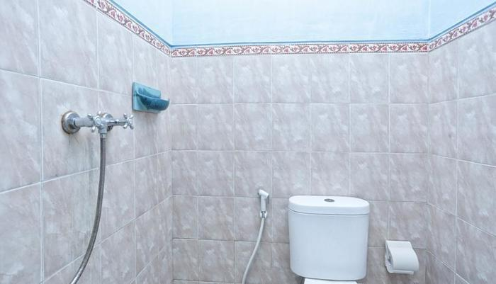 RedDoorz @Raya Kerobokan 2 Bali - Kamar mandi