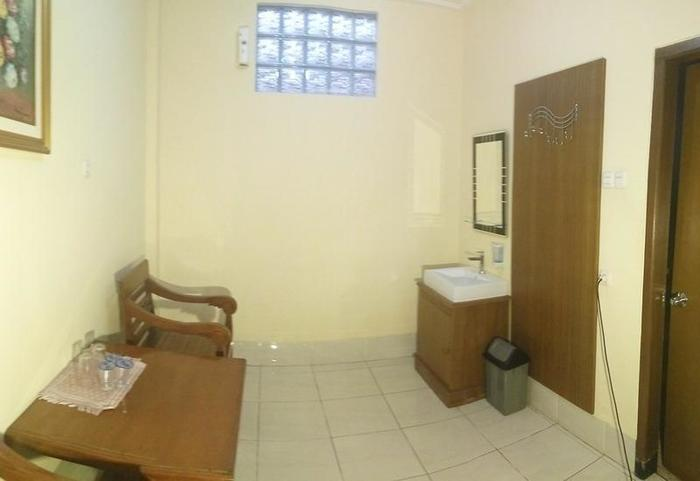 Hotel Sebelas Syariah Bandung Bandung - Meja dan kursi