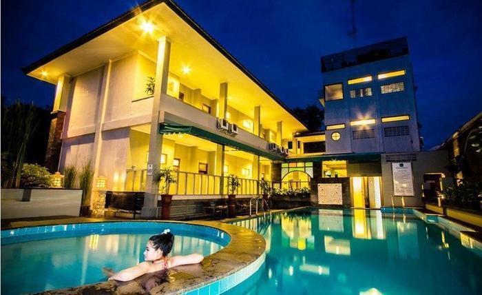 Cakra Kusuma Hotel Yogyakarta - Alamanda Swimming Pool