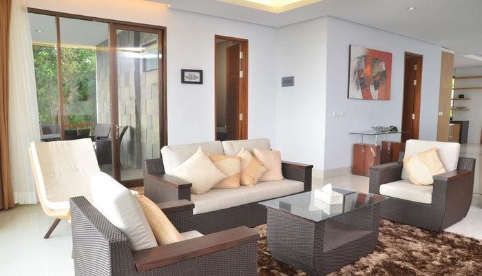 3 BR With Pool Villa Dago City Views Bandung - Living Room