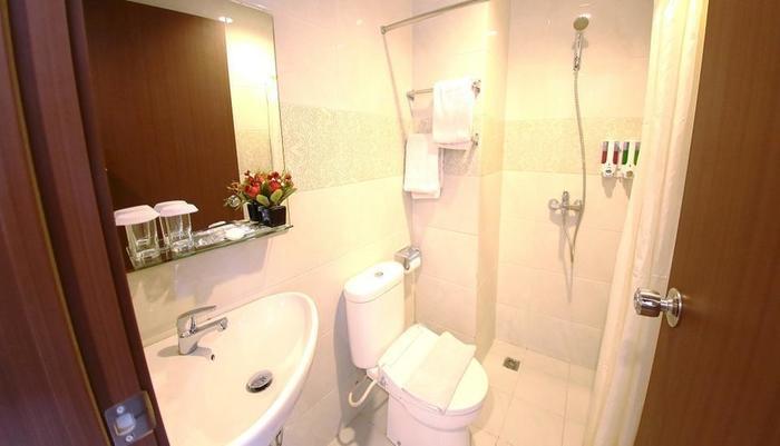 The One Hotel Makassar - Bathroom