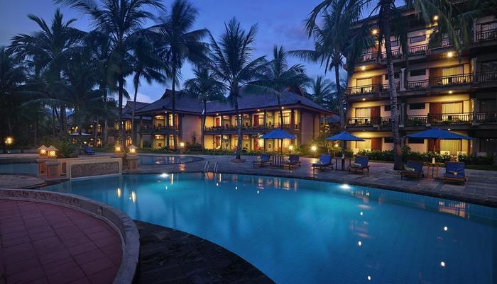 Jayakarta Hotel Lombok - View Kolam Malam Hari
