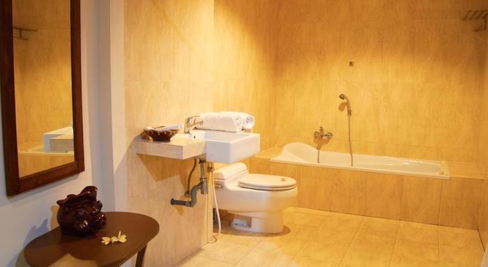 Ubud Hotel Malang - Bathrooms
