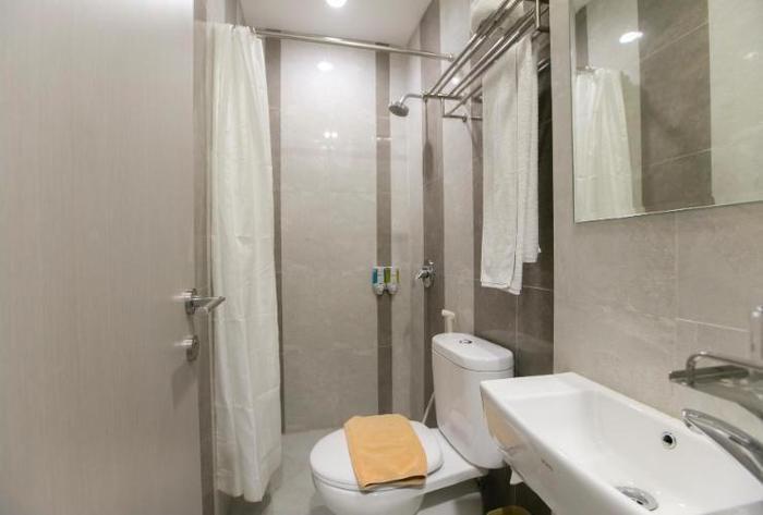 Rock Hotel Surabaya - Bathroom