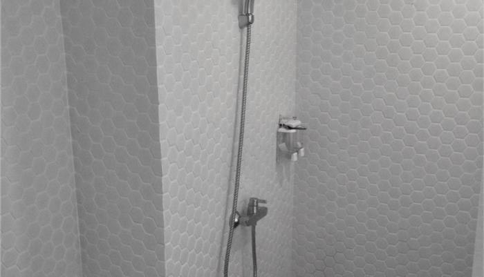Grab Hotel Gresik Gresik - kamar mandi dengan shower