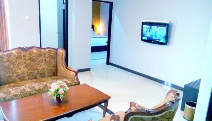 Riez Palace Hotel Tegal - Living Room Royal Suite