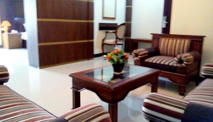 Riez Palace Hotel Tegal - Living Room