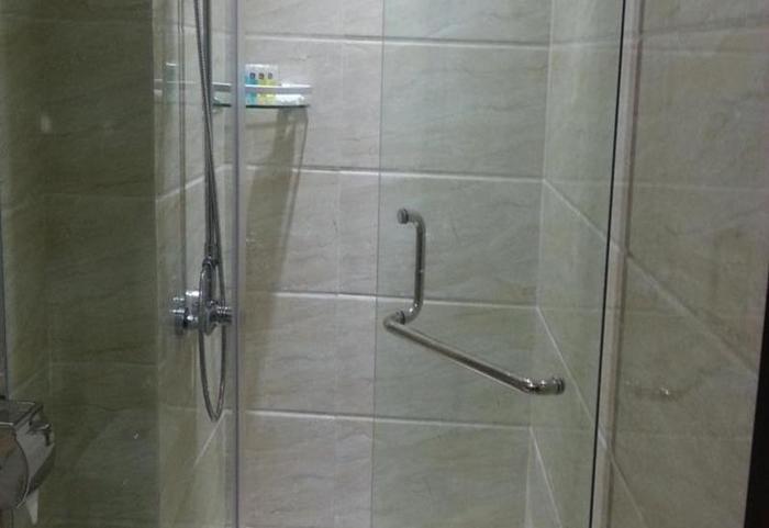 Cardinal Lucky Star Hotel Batam - Shower