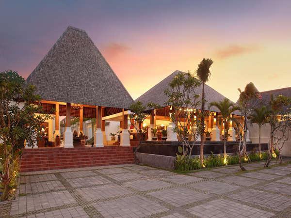 Villa Kayu Raja Bali - Pemandangan Depan Villa