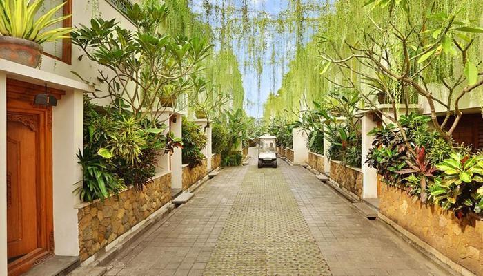 Villa Kayu Raja Bali - pathway villa kayu raja