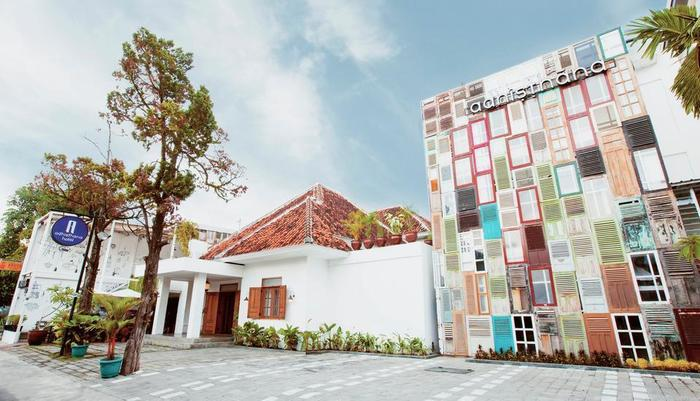 Adhisthana Hotel Yogyakarta - Front yard