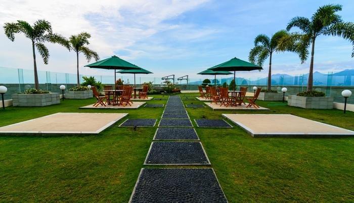 Golden Palace Lombok - Rooftop Garden/ Ibis Cafe 2 yang berada di Lantai 12