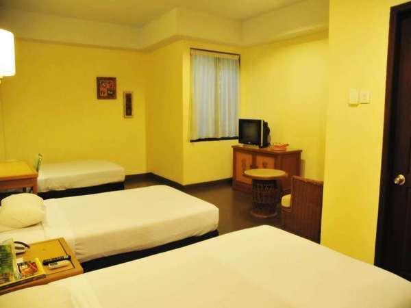 Losari Beach Hotel Makassar - Kamar Standard Triple