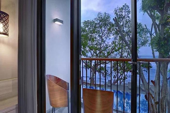 Aston Anyer - Balkon