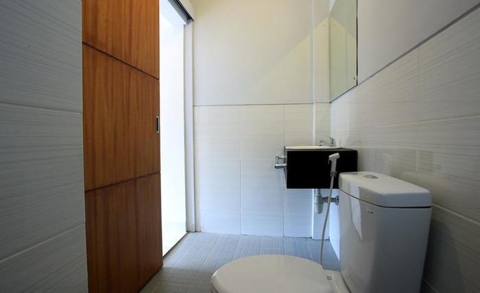 RedDoorz near Raya Petitenget Bali - Bathroom