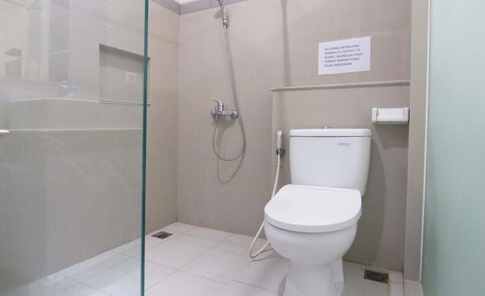 RedDoorz @ Diponegoro Surabaya - Kamar mandi
