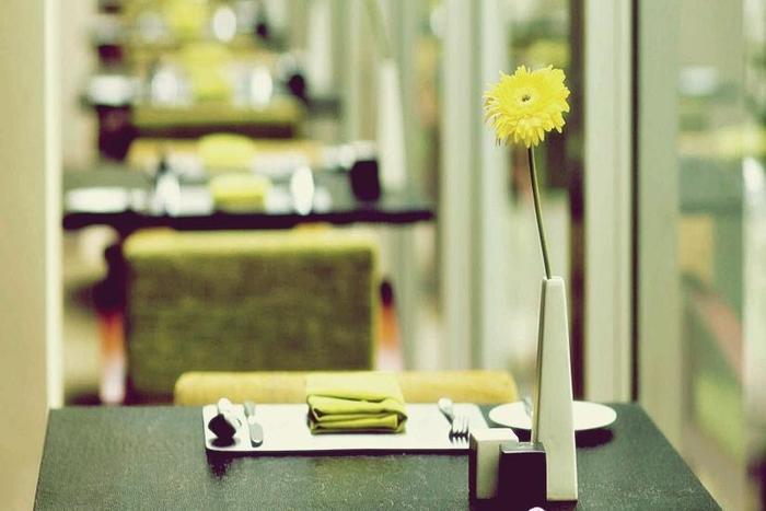 Hotel Alila Jakarta - Meja Makan